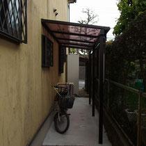 建物脇、アルミテラスに防犯目的のライトを設置しました。自転車が停めやすいようコンクリート舗装も実施。