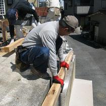 敷地いっぱいに作るよう、既存の擁壁にアンカーを設置して土台を固定します。