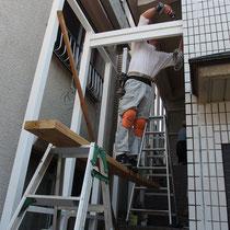 背の高さや風圧に耐える構造の安定は、建物壁面に取り付けた控え構造により補います。