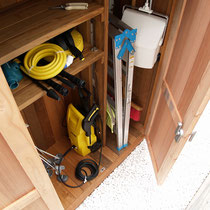 収納棚はあらかじめご要望を聞いて取付しました。後からでも高さ変更が可能です。