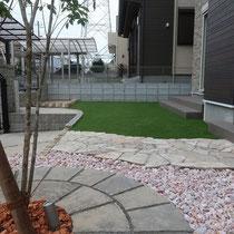 完了写真。人工芝の敷設とアオダモの植木。雑草対策を兼ねた工事でした。