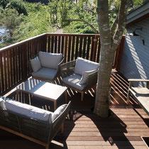 2人掛けソファーと、シングルソファー×2、ローテーブルでゆったりとリラックスできる空間作り。