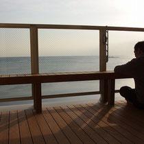 海をみながら日々の疲れを癒す空間。お酒もすすみますね。
