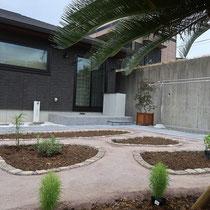 完成した東面の庭は、お母様が家庭菜園や植物をたくさん楽しめるように、区画分けした花壇や歩きやすい平板と固まる土舗装の組み合わせをご提案しました。
