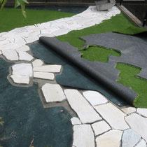 乱形石の周りを人工芝で施工。めくれやすい周囲は接着できるようにモルタル下地を作ります。