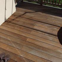 After 高圧洗浄終了後の乾いたウッドデッキは、素地の木の色が甦ります。