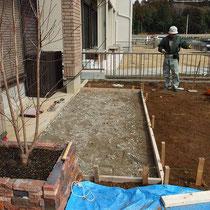 デッキ作成場所には、あらかじめコンクリートのたたきを作りました。