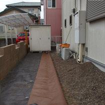 高耐久防草シート(ザバーン240)で片面ずつ敷設し、既存の砂利を動かしながら除草作業をします。