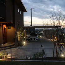 北側からみた夜の風景、照明明かりを散りばめ陰影が一層美しく演出されています。