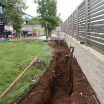 施工中、まずは掘削して基礎のコンクリートを作ります。