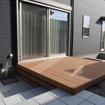 人工木のウッドデッキ、お庭に繋がる階段平板との隙間を多段幕板でカバー。美しい高低差の見せ方ですね。