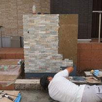 左面からは切断された凹凸のある石材を、圧着ボンドで貼っていきます。