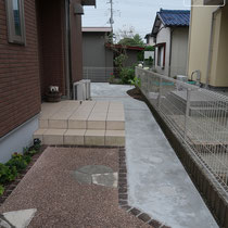 玄関前も芝を撤去しコンクリートに。庭の奥に自転車を停めるような計画があります。