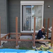大引と柱は角材でくみ上げていきます。
