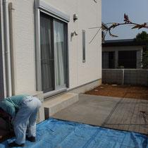 施工前、事前にコンクリート舗装がされています。