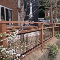 外周を囲うフェンスは、風通しのよいオープンな仕上りのアルミメッシュを挟み込んだウッドフェンスです。