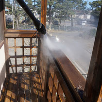 研磨作業後は高圧洗浄で洗い流して、初日の作業は終了。