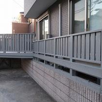 完成写真、ぐっと奇麗になったウッドデッキ・フェンスになりました。飽きのこないシルバーグレー色です。