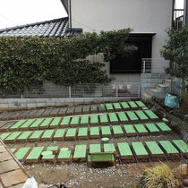 既存のコンクリート枕木を一つずつ養生して、コンクリート枕木の隙間に鉄筋やメッシュを敷き詰めます。