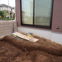 施工前、壁面側に設置するシンクの配管を立上げ、作成していきます。