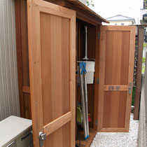 扉は開閉を繰り返す場所なので、なるべくねじれや反りが出にくい、軽い無節材を選びました。(レッドウッド オールハート)