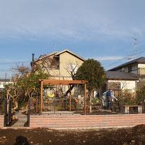 まもなく完成、高さのあるパーゴラを中心としたナチュラルガーデンです。