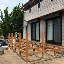 事前に準備してきた柱や大引きを、現場で組み立てていき骨格ができます。
