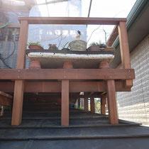 屋根勾配にあわせ束柱を切断、クッション材を裏面に張って立ち上げました。