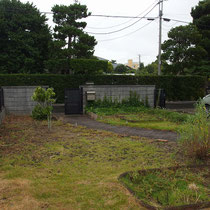 着工前、全面芝生でしたが雑草と混ざってしまい手におえない状態です。花壇も機能的には使用されていませんでした。