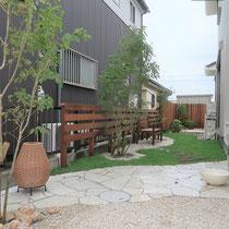 縦長のお庭が奥行きを楽しむリゾートガーデンになりました。