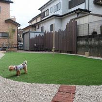 既存の平板やレンガ等も再利用し、雑草防止シートで覆われたスッキリ広々としたお庭になりました。