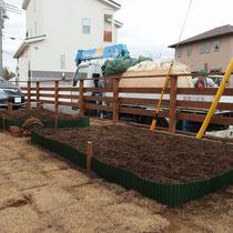黒土と腐葉土を現場でかくはんし、家庭菜園の土が出来上がりました。