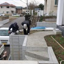 工程差のあるお庭、既存ブロック上に渡り廊下となる構造を設置していきます。