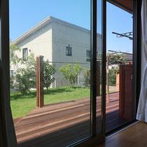お部屋からみた風景。余計な突起がないフラットなウッドデッキが美しく見えます。