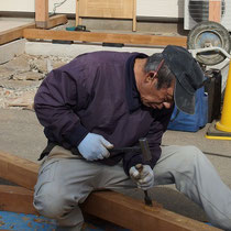用意してきたイタウバの木材を、現場で調整しながら組み立てました。