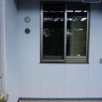 施工前、窓にかからないように設置するL型の収納庫を置きます。床面は勾配のついたタイル仕上。