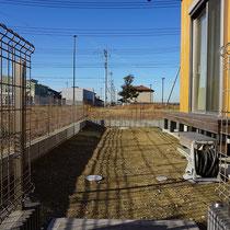 施工前、小石が少しありますが雑草もなく施工しやすい状況です。