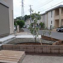 外構工事終了、平板テラスでお庭に出入りできるような階段を作成、平板テラスと人工芝を敷設する箇所は雑草対策を兼ねた部分となります。