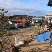 南側の着工前、高低差のある敷地にウッドフェンスを作ります。