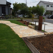 完成後、高麗芝の下地には植物が根付きやすいように土壌改良しました。