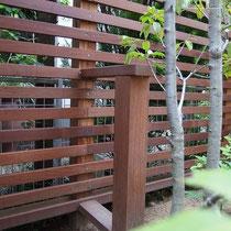 数か所に転倒防止の控えを設置。フェンスの納まりもきれいに仕上がりましたね!