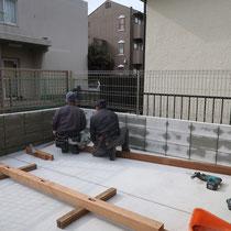 着工スタート。水勾配のある舗装面の場所で、水平にフェンスを組み立てます。
