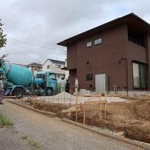 着工前の角地で見通しの良いお住まい、まずは土留めブロック工事からスタートします。