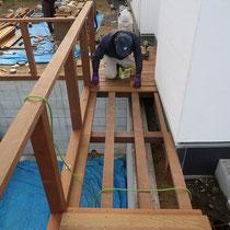 ボードウォークの施工中。大工さんの技術を駆使して、安全なデッキ・フェンス構造を作ります。