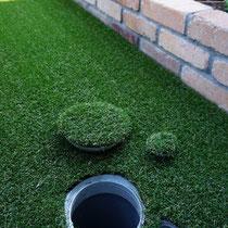 排水桝にも人工芝を接着してから取付しますので、目立たなく美しいだけでなく、点検の時には取り外すことが出来る優れものです。