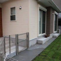 完成、扉出入口の舗装はもちろん、エアコンの下までコンクリートで仕上げ、汚れにくい仕上がりです。