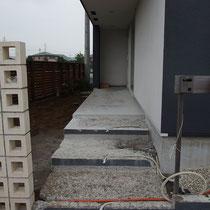 コンクリートをはつり、電気配線の管を埋設しました。