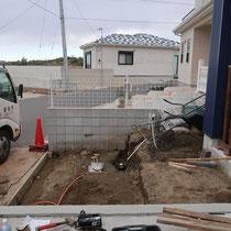 側面から見た作業中の様子、隣地境界に積まれたブロックにあわせ、新規に門塀ブロックを積みます。