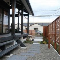 玄関からでて外に行く路地は、飛石と植栽で造られたお庭となります。