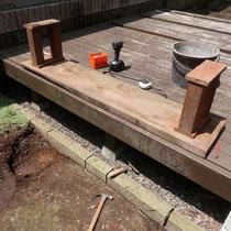 丸太の2本足を撤去した後、イタウバで4本脚に作り替えます。あとはモルタルで設置します。